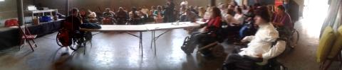 """""""Panorámica mientras Xavi Dua presenta su Handiwheel"""" Foto tomada el 7 de junio durante la #primaveracacharrera por En torno a la silla CC BY"""