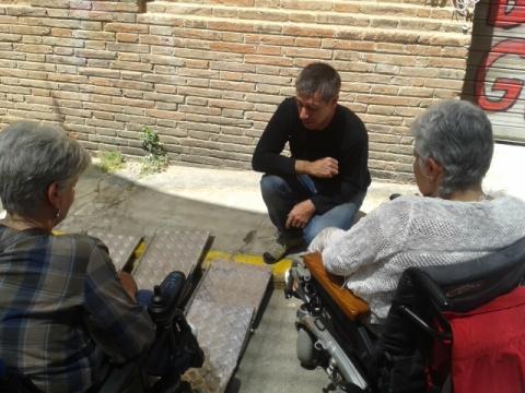 """""""Rai de En torno a la silla explica la rampa en la feria de objetos"""" Foto tomada el 7 de junio durante la #primaveracacharrera por En torno a la silla CC BY"""