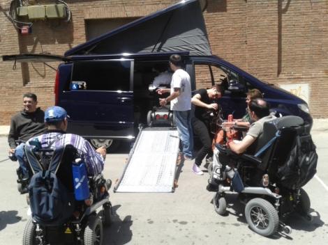 """""""Intenso tráfico para entrar a bichear la furgoneta adaptada de Fernando"""" Foto tomada el 7 de junio durante la #primaveracacharrera por En torno a la silla CC BY"""